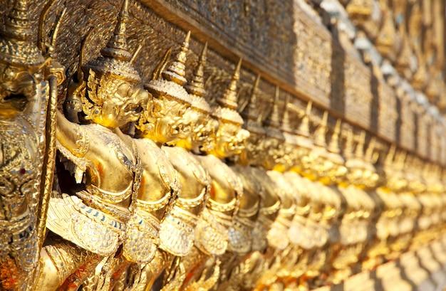 Gouden boeddhistisch standbeeld in bangkok, thailand Premium Foto
