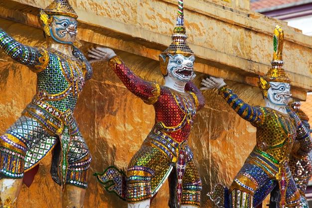 Gouden boeddhistisch standbeeld in bangkok, thailand
