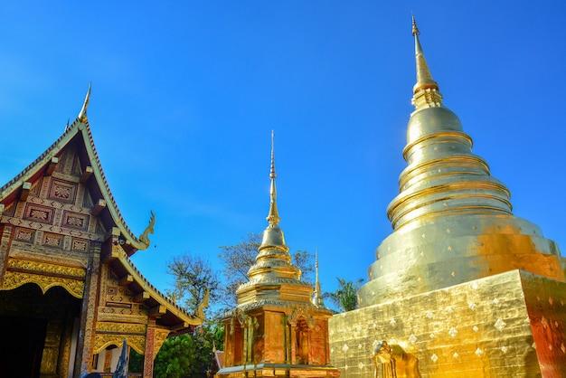 Gouden boeddhistische tempel glanzende gouden pagode en houten kerk in wat pra sing chiangmai thailand