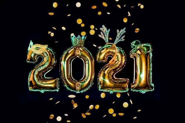Gouden cijfers op zwarte achtergrond in carnaval-accessoires, nieuwjaarsfeest