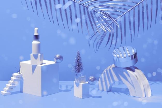 Gouden compositie met crème en serum, geometrische vormen en kerstboom, op een gele achtergrond met palmbladeren, concept van schoonheid en cosmetica.