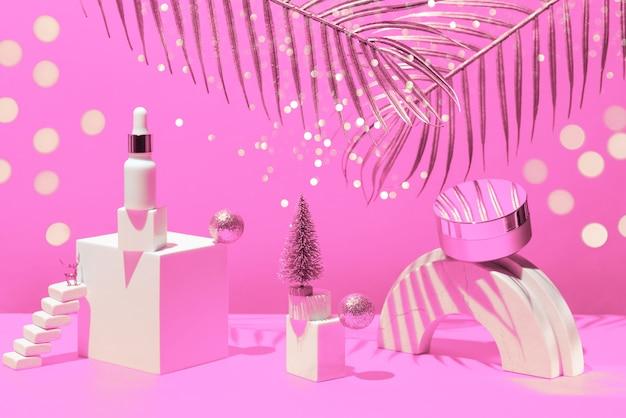 Gouden compositie met crème en serum, geometrische vormen en kerstboom,