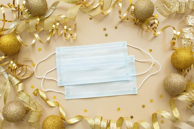Gouden confetti, medisch masker. concept van het nieuwe jaar tijdens het coronavirus covid-19.