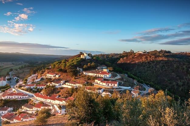 Gouden dageraad in dorp van aljezur algarve portugal