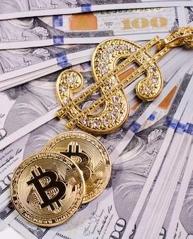 Gouden dollarteken ketting op een amerikaanse dollar bankbiljetten