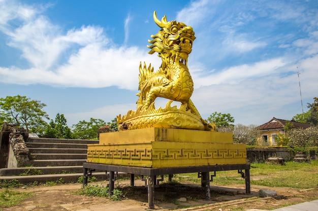 Gouden draakstandbeeld dat binnen keizer koninklijk paleis, verboden stad in tint, vietnam wordt gevestigd