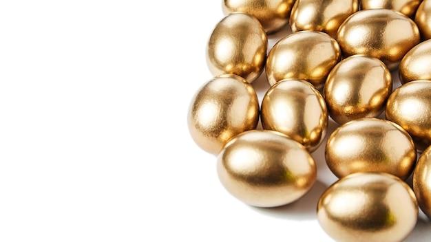 Gouden eieren geïsoleerd op wit met kopie ruimte