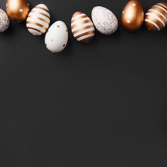 Gouden eieren op zwarte achtergrond