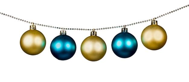 Gouden en blauwe kerstballen geïsoleerd op een witte achtergrond