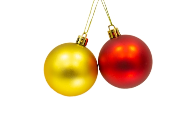 Gouden en rode kerstballen geïsoleerd op een witte achtergrond voor vakantiedecoratie.