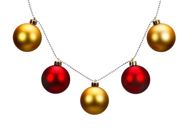 Gouden en rode kerstballen geïsoleerd op een witte achtergrond