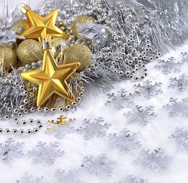 Gouden en zilveren kerstversiering op een witte achtergrond