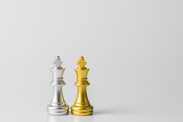 Gouden en zilveren koning schaken staande ontmoeting.