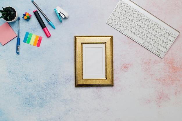 Gouden frame op bureaublad voor mock up