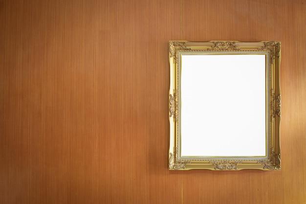 Gouden frame op donkere houten muur