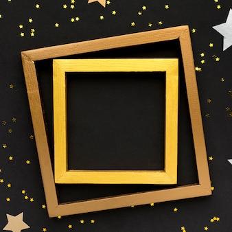 Gouden frames op tafel