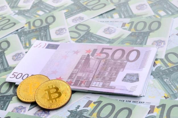 Gouden fysieke bitcoins is leugens op een set van groene monetaire coupures van 100 euro
