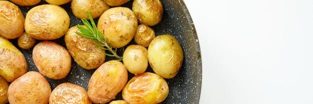 Gouden geroosterde aardappelen in de schil. banner