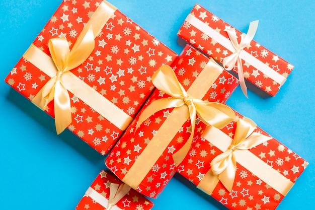 Gouden geschenk boog voor kerstmis of dag op blauw, bovenaanzicht