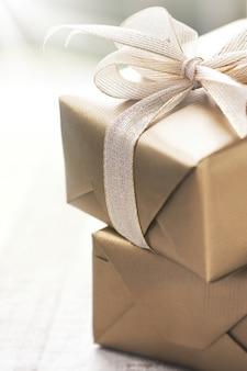 Gouden geschenken met een witte das