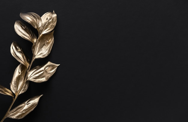 Gouden geschilderde bladeren op zwart