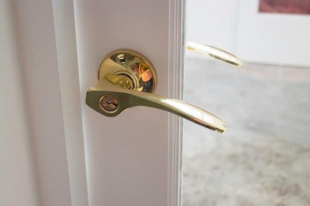 Gouden handgrepen op een glazen deur, stockafbeelding