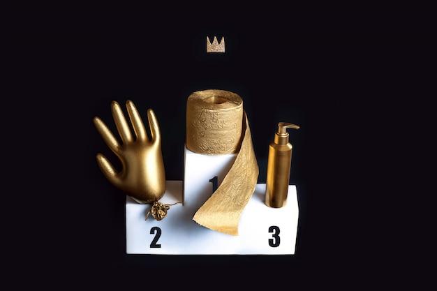 Gouden handschoen, toiletpapier en een ontsmettingsmiddel op een witte bolder. concept rond het thema van coronavirus trends.