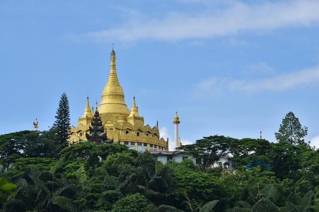 Gouden het landteken van pagode beroemd plaatsen in sin city van mong la myanmar shan staat myanmar.