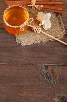 Gouden honing met honeystick