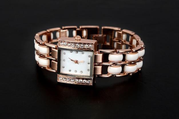 Gouden horloge met strass steentjes, vierkante vorm