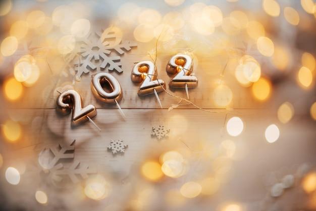 Gouden kaarsaantallen op de bokehachtergrond van kerstmislichten