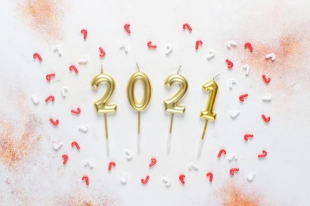 Gouden kaarsen in de vorm van cijfers van het nieuwe jaar 2021.