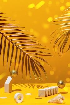 Gouden kaarsen met het nieuwe jaar 2021 op de marmeren boog