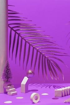 Gouden kaarsen met het nieuwe jaar op de marmeren boog, palmbladeren, kolom, trappen, ballen