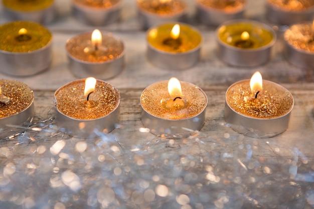 Gouden kaarsen verlicht