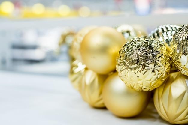 Gouden kerst ornamenten bij marktwinkel
