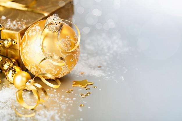 Gouden kerstbal en cadeau