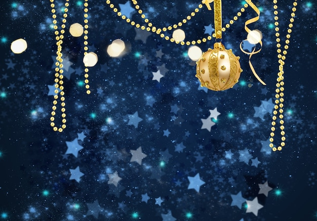 Gouden kerstbal en slingers op blauwe winterachtergrond