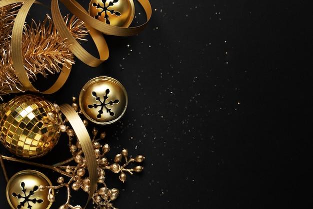 Gouden kerstballen op donkere achtergrond. plat leggen.