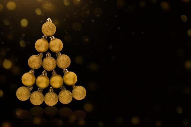 Gouden kerstboom gemaakt van ballen