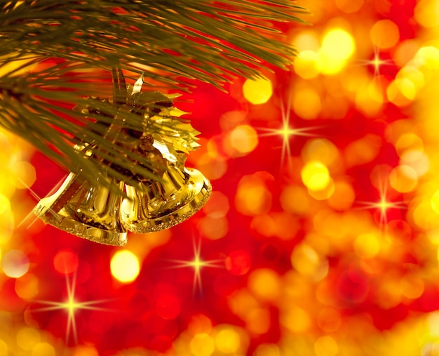 Gouden kerstboomversieringen op lichten rode achtergrond
