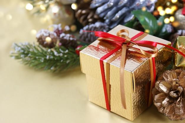 Gouden kerstcadeau genesteld in decoraties