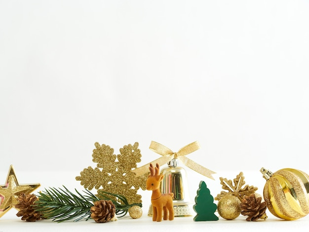 Gouden kerstdecoratie met rendieren, ballen, sterren en sparrentak op witte achtergrond