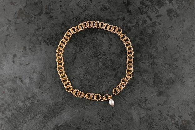 Gouden ketting met parels op marmer