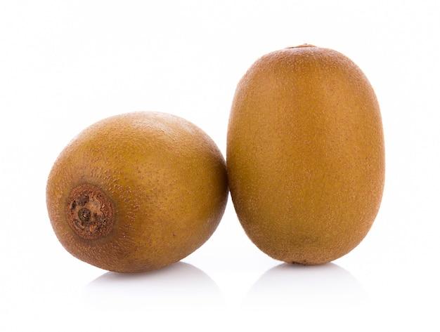 Gouden kiwifruit dat op witte achtergrond wordt geïsoleerd
