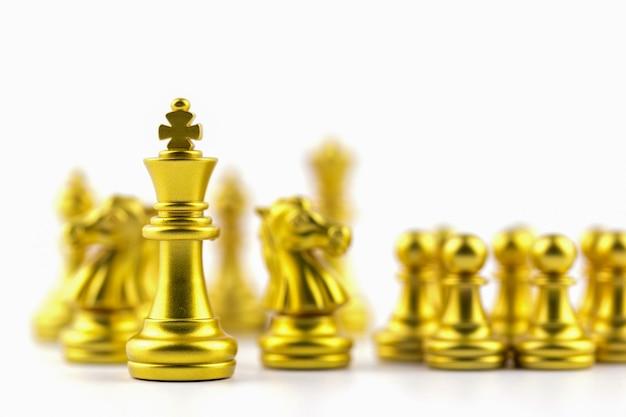 Gouden koning in schaakspel met concept voor bedrijfsstrategie.