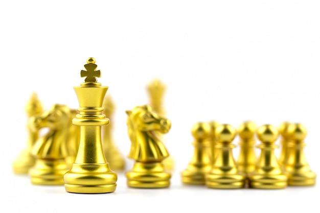 Gouden koning in schaakspel met concept zakelijke overwinning of beslissing de weg naar succes.