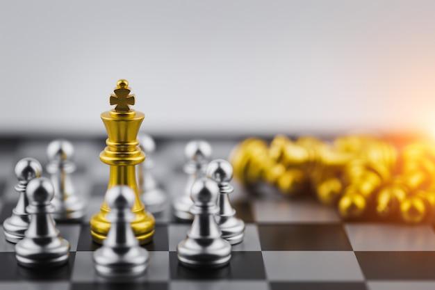 Gouden koning in schaakspel, zakelijke overwinning of beslissing het pad naar succes.