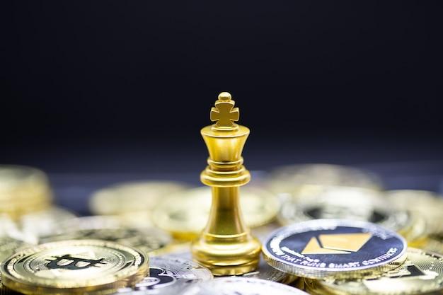 Gouden koning schaken op cryptocurrency-achtergrond