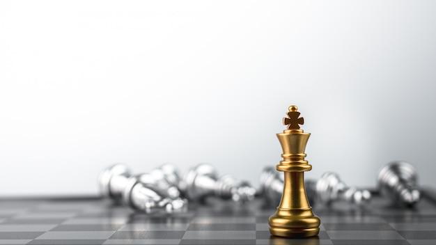 Gouden koning schaken staande ontmoeting nederlaag vijanden.